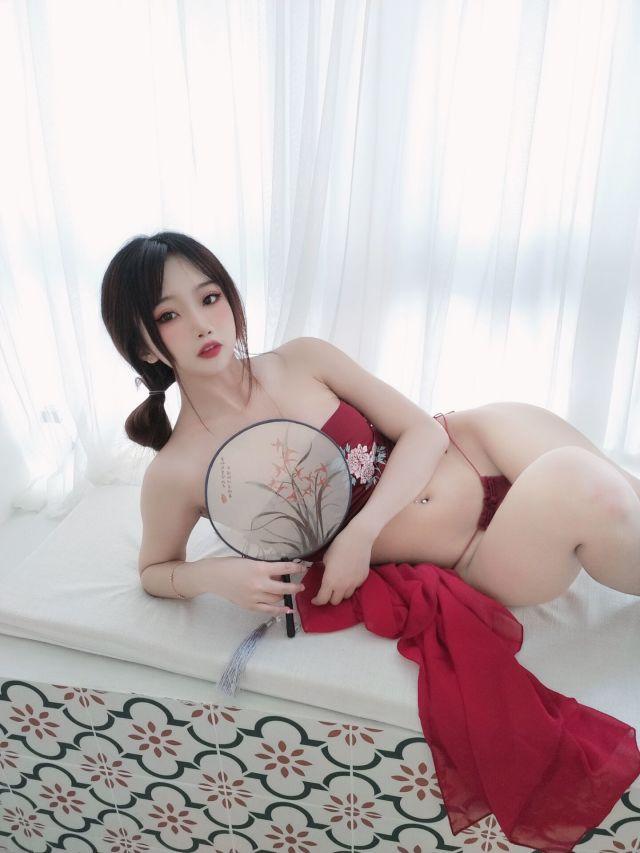 红丝绸性感内衣 女性魅力不在于身材而是穿着!
